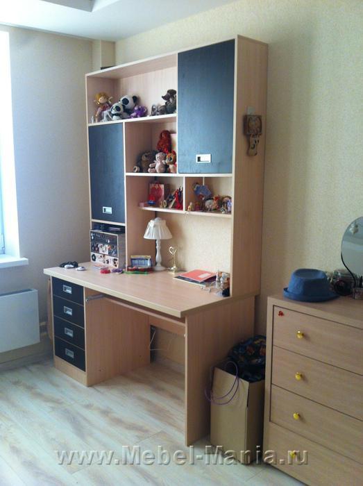 Письменный стол с полками, шкафчиками и кровать.